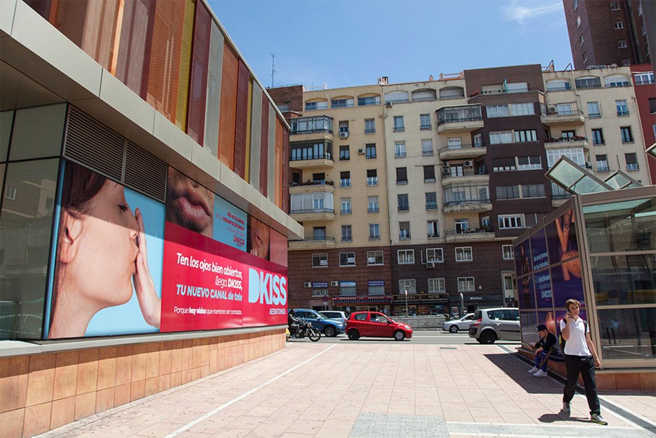 Publicidad exterior en intercambiador Avenida América DKiss