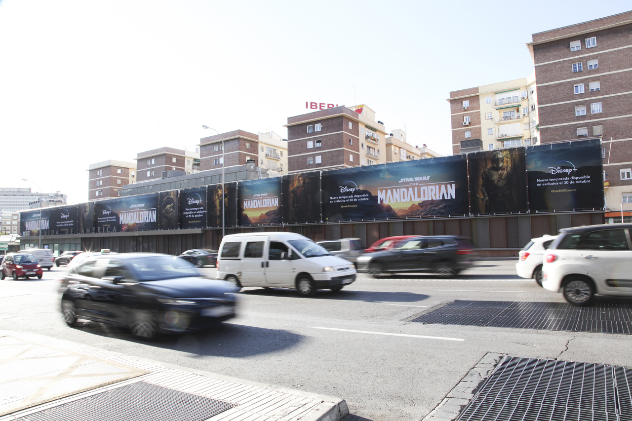 Lonas publicitarias en Avenida de América de Madrid para Mandalorian