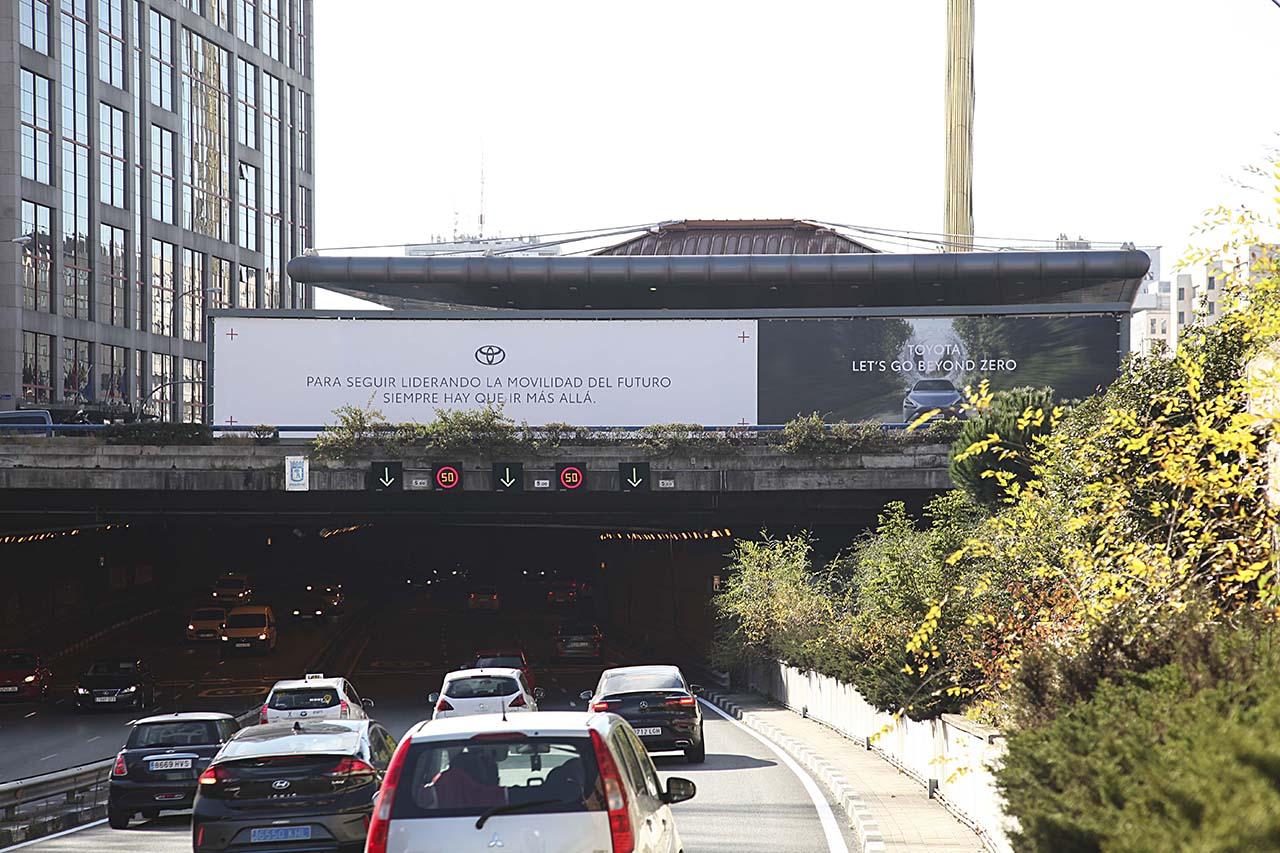 Soporte publicitario de gran formato Toyota en Plaza de Castilla