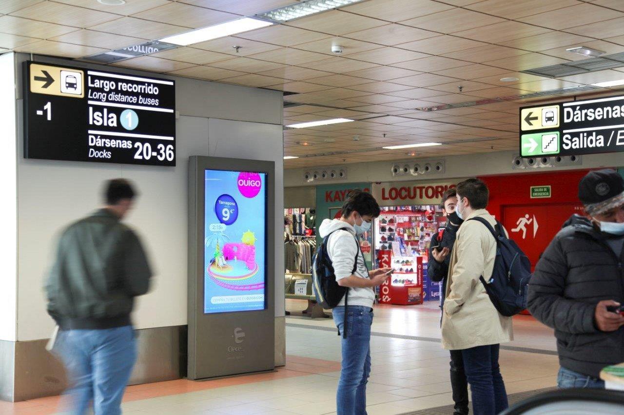 Publicidad de alta velocidad Ouigo en Avenida de América, Madrid